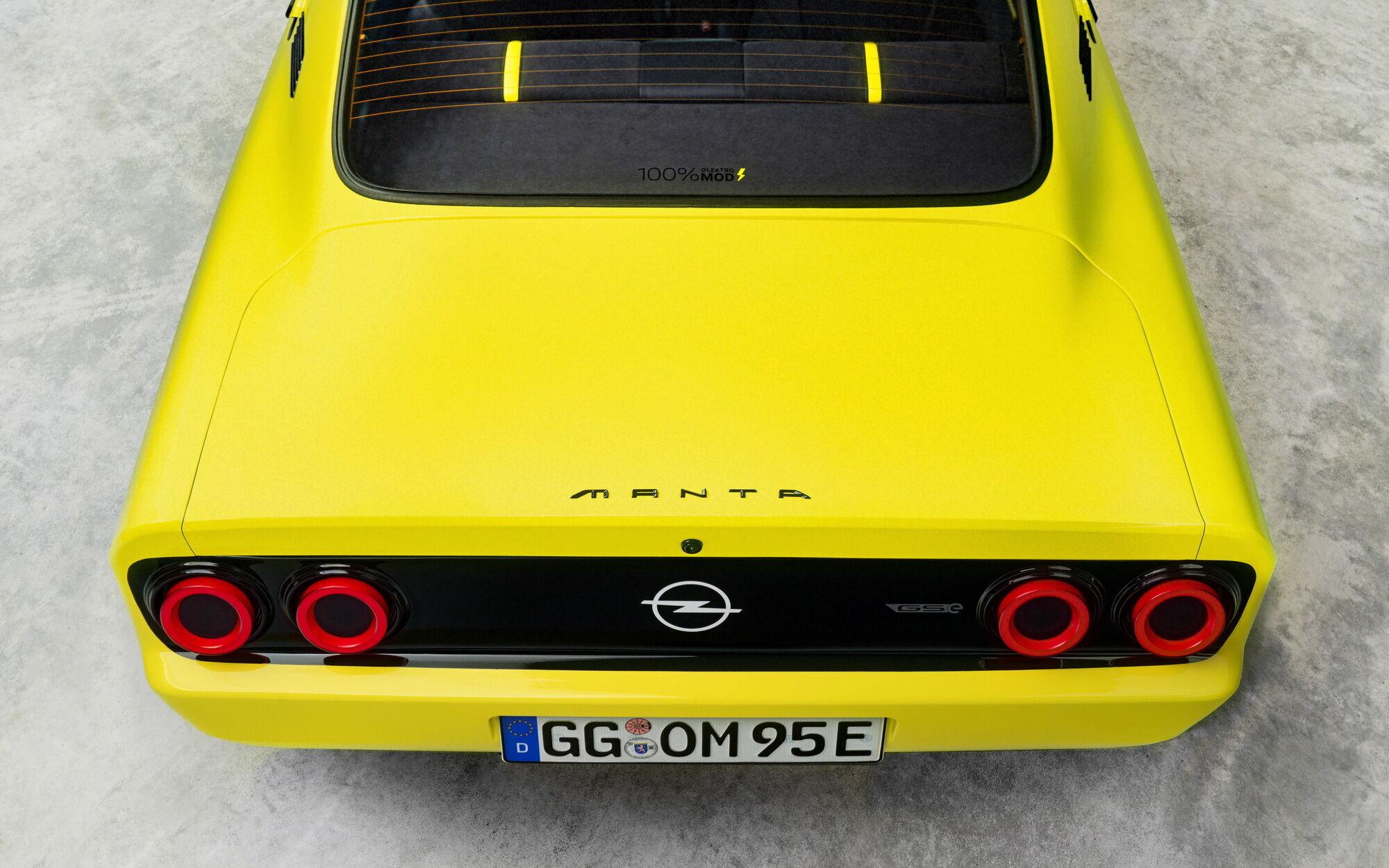 Сзади также используются светодиодные фонари, но они имеют круглую форму, как у Manta из 70-х