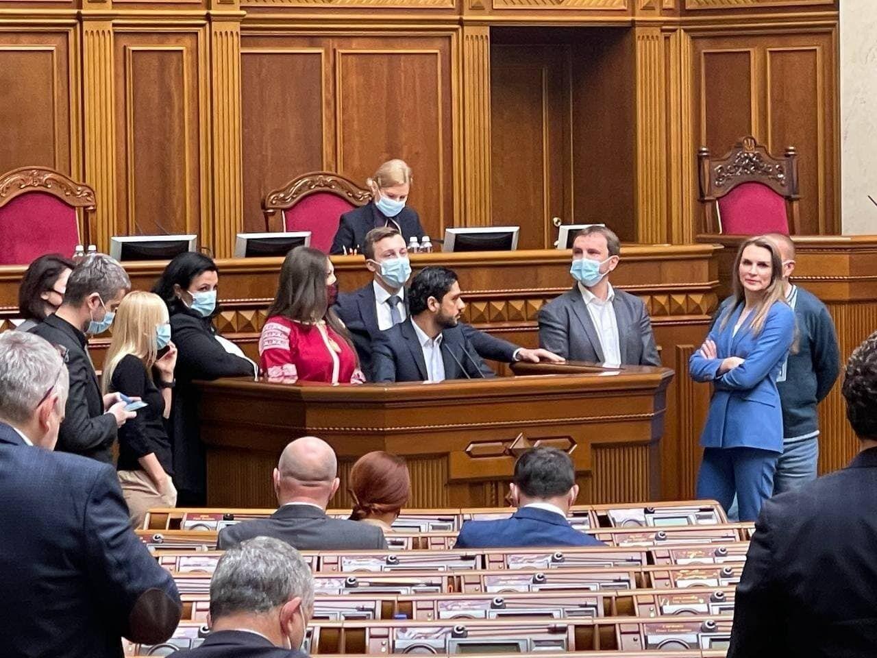 """Нардепи заблокували трибуну під час присяги Андрія Аксьонова і кричали """"Ганьба!"""""""