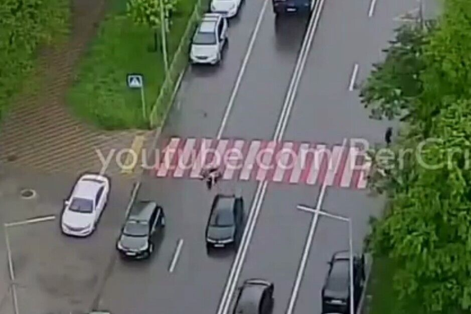 Автомобиль сбил женщину и девочку на пешеходном переходе.
