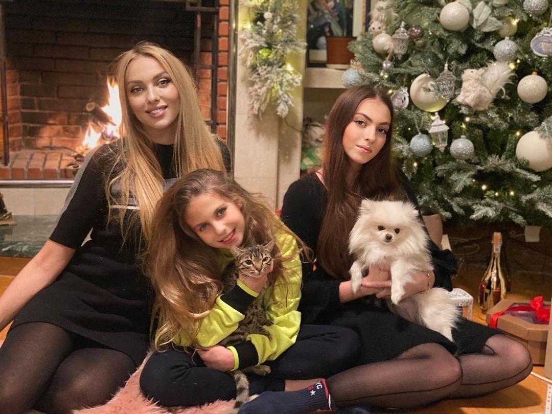 Полякова рассказала, что у нее пропало желание заводить третьего ребенка, когда ее дочери выросли