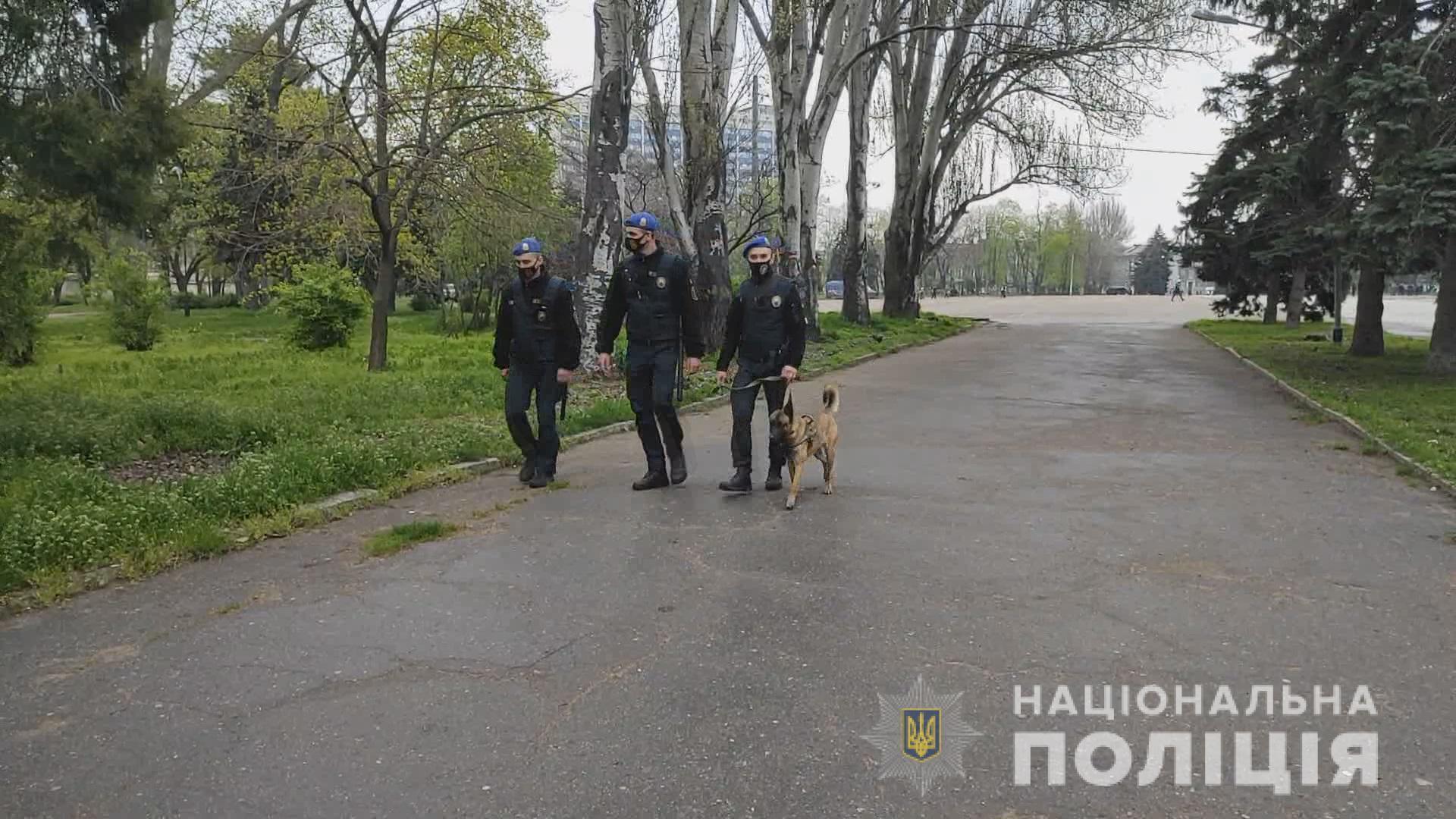Правоохранители дежурят в центре города.