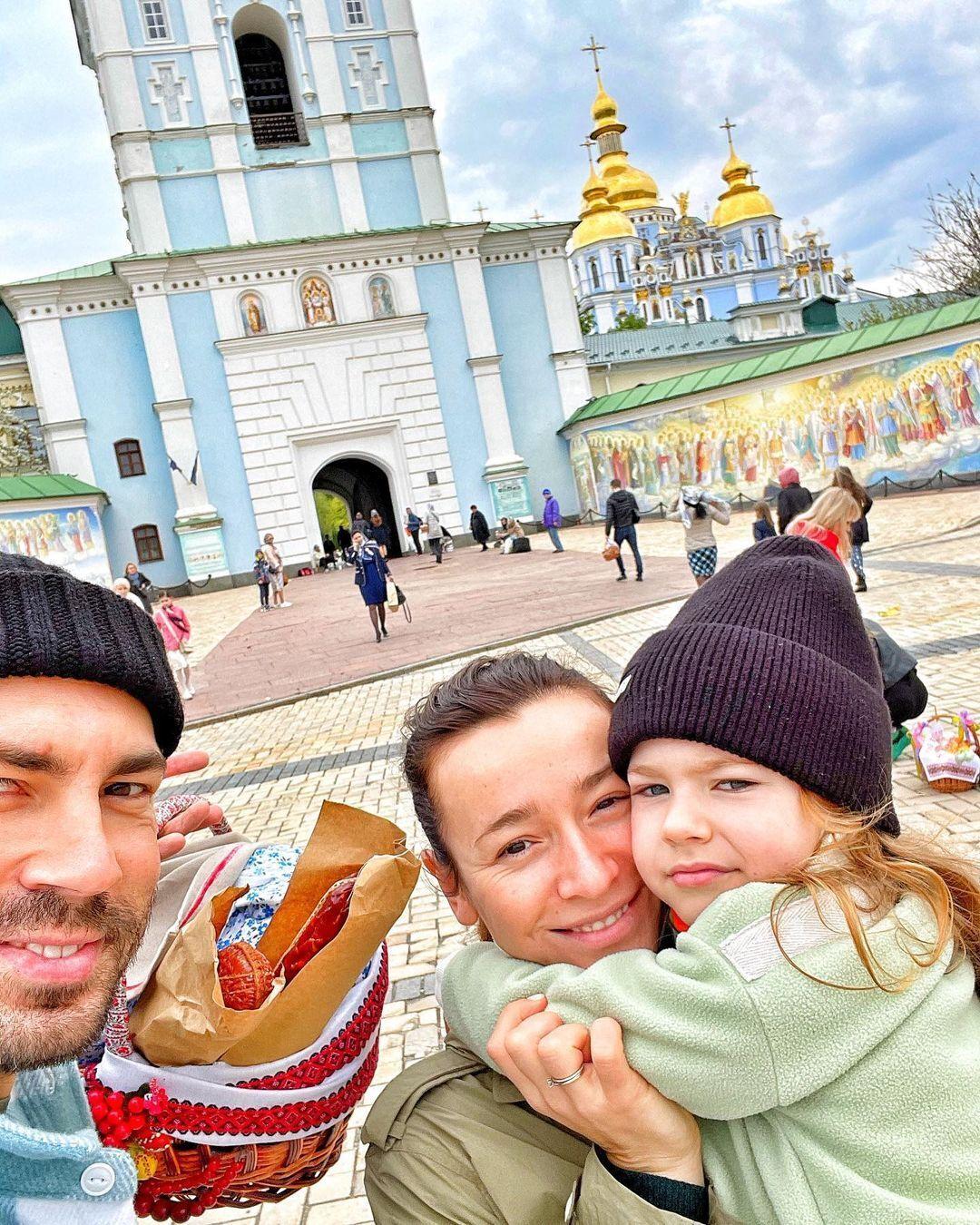Бедняков поделился совместным фото с супругой и дочерью