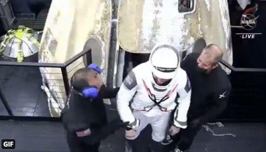 Астронавты вышли из капсулы.