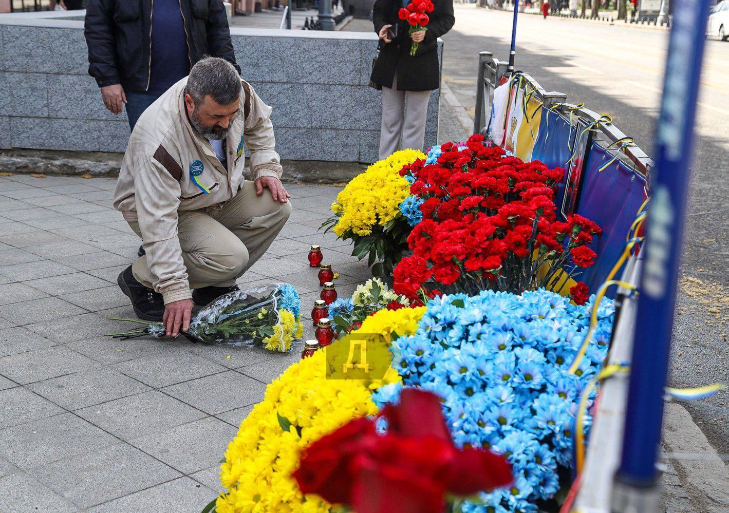 Цветы возле мемориала