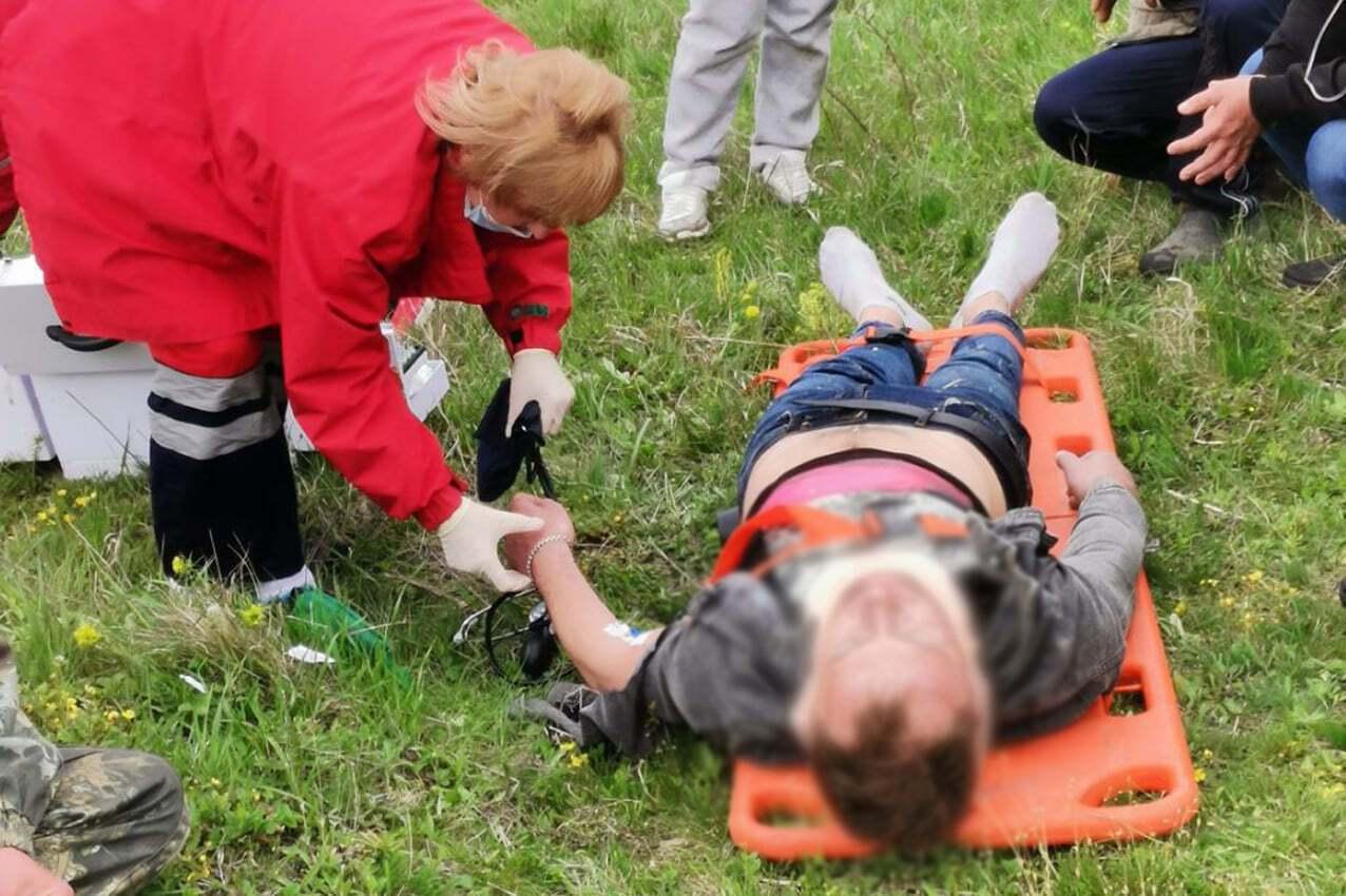 Спасатели достали мужчину из автомобиля.