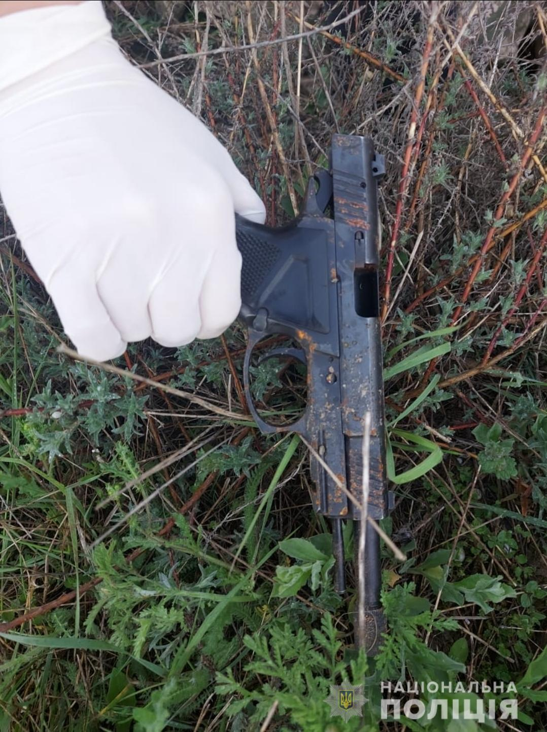 Полиция обнаружила пистолет на месте происшествия.
