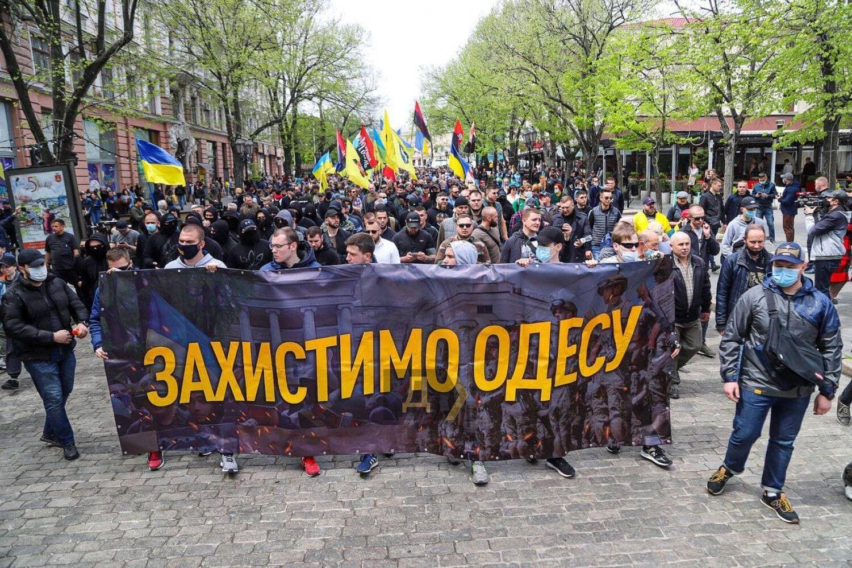 Митингующие несли флаги и плакаты