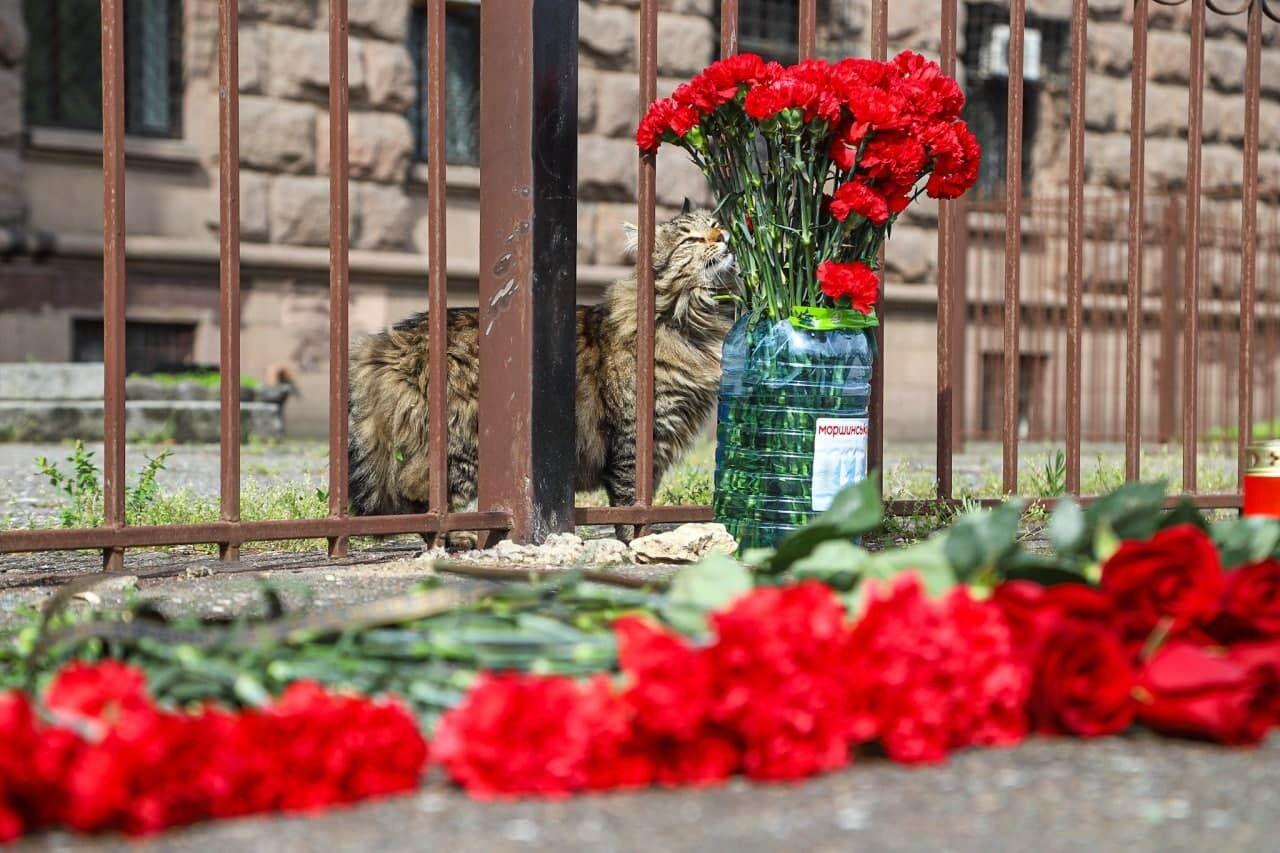 Люди принесли цветы
