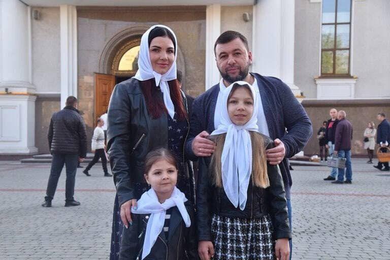 Денис Пушилин с женой и детьми