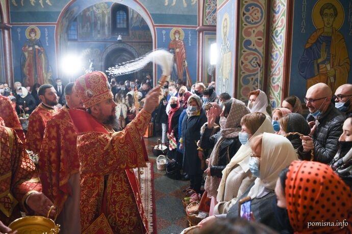 Прихожане ПЦУ надели маски на богослужение