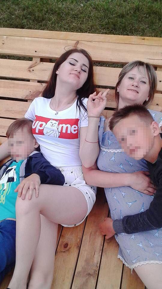 Назар (праворуч) із мамою, сестрою і братом Костею