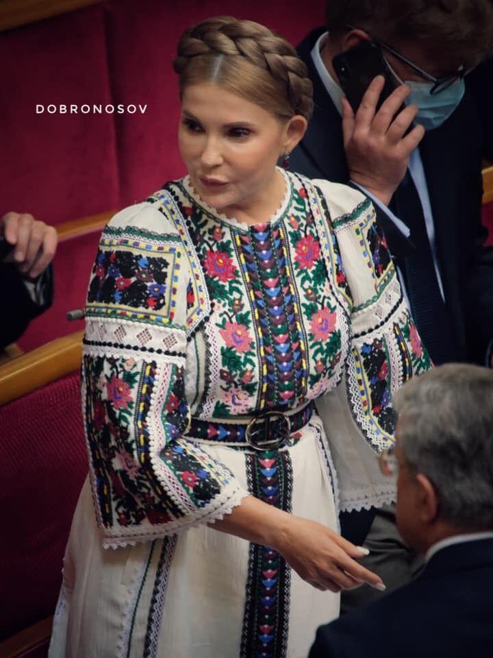Тимошенко прийшла у вишиванці.