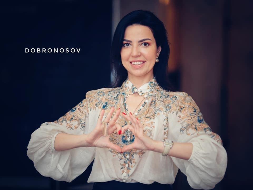 Оксана Дмитрієва в вишиванці.
