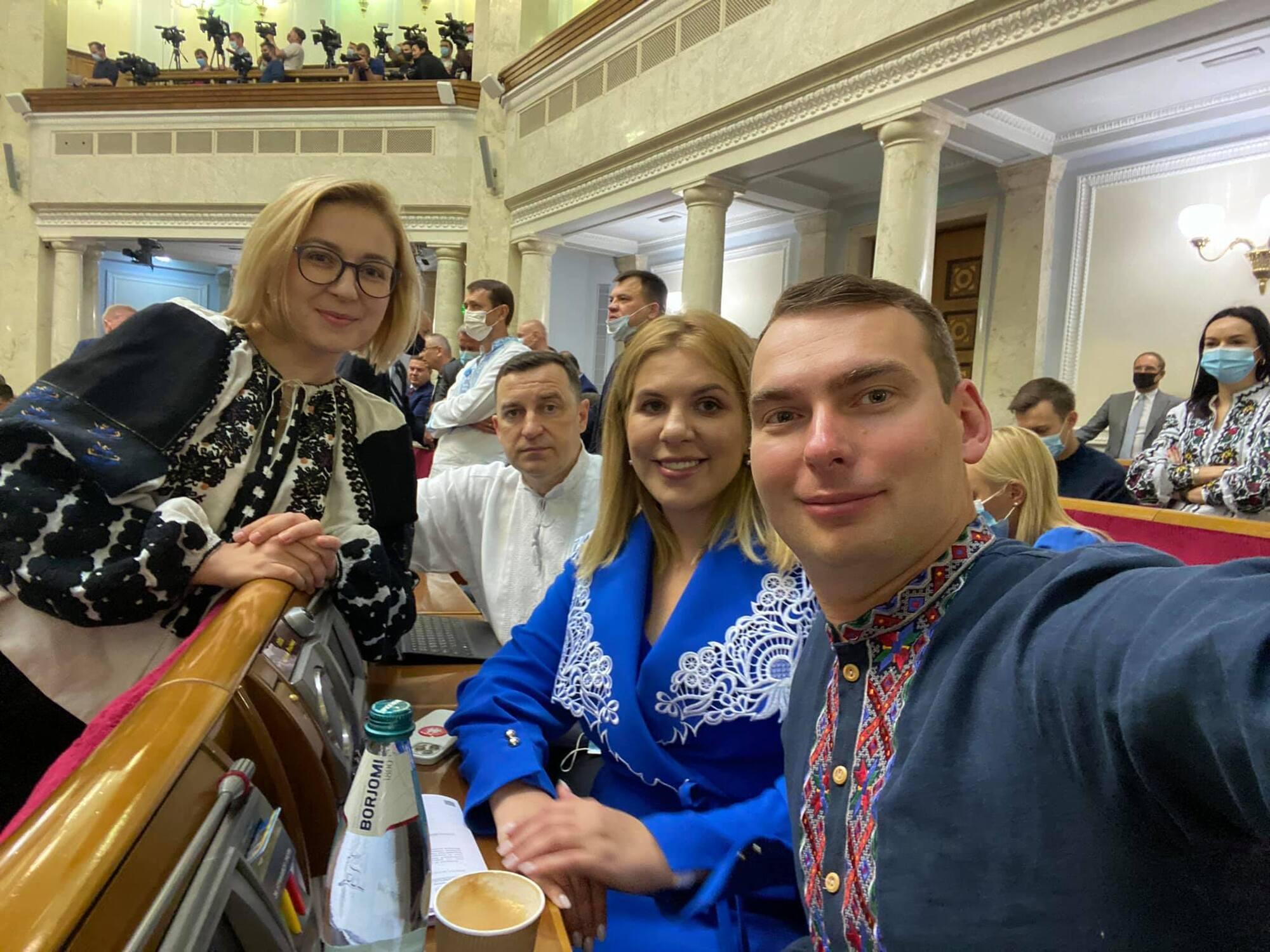 Українські політики прийшли в Раду у вишиванках.