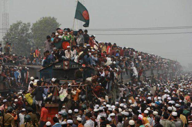 Пассажиры хотят сесть на поезд в Бангладеше.