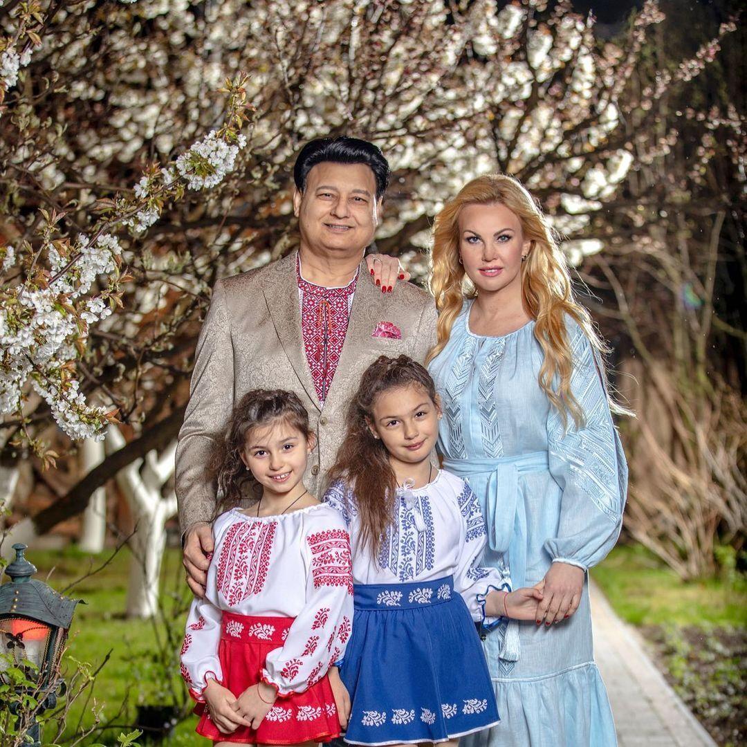 Камалія з сім'єю у вишиванках