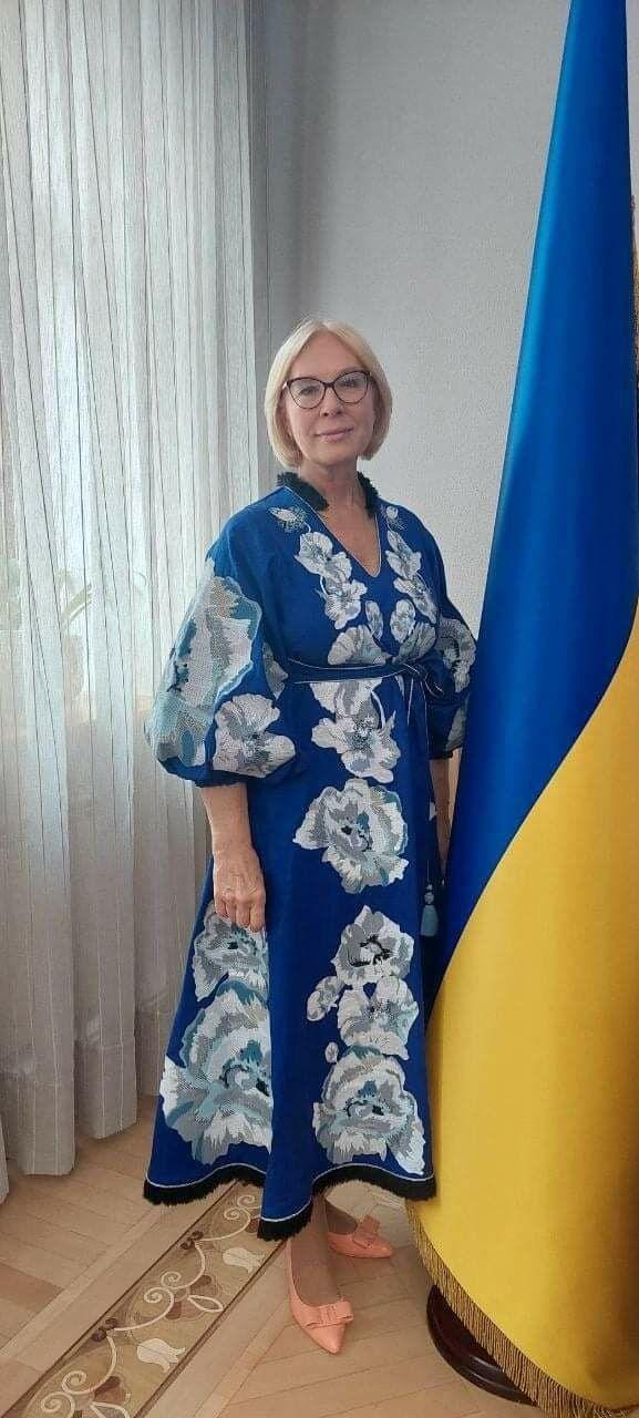 Денисова выбрала синее платье.