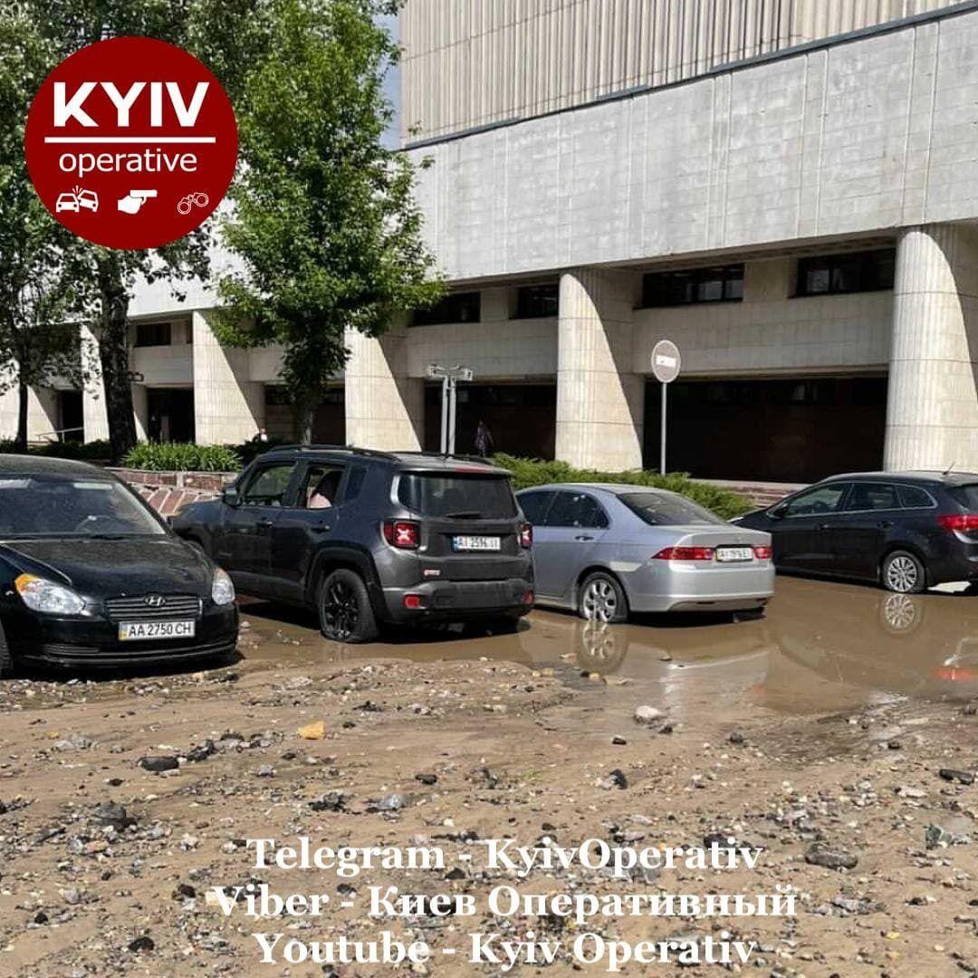 Площадь перед библиотекой имени Вернадского залило грязью.