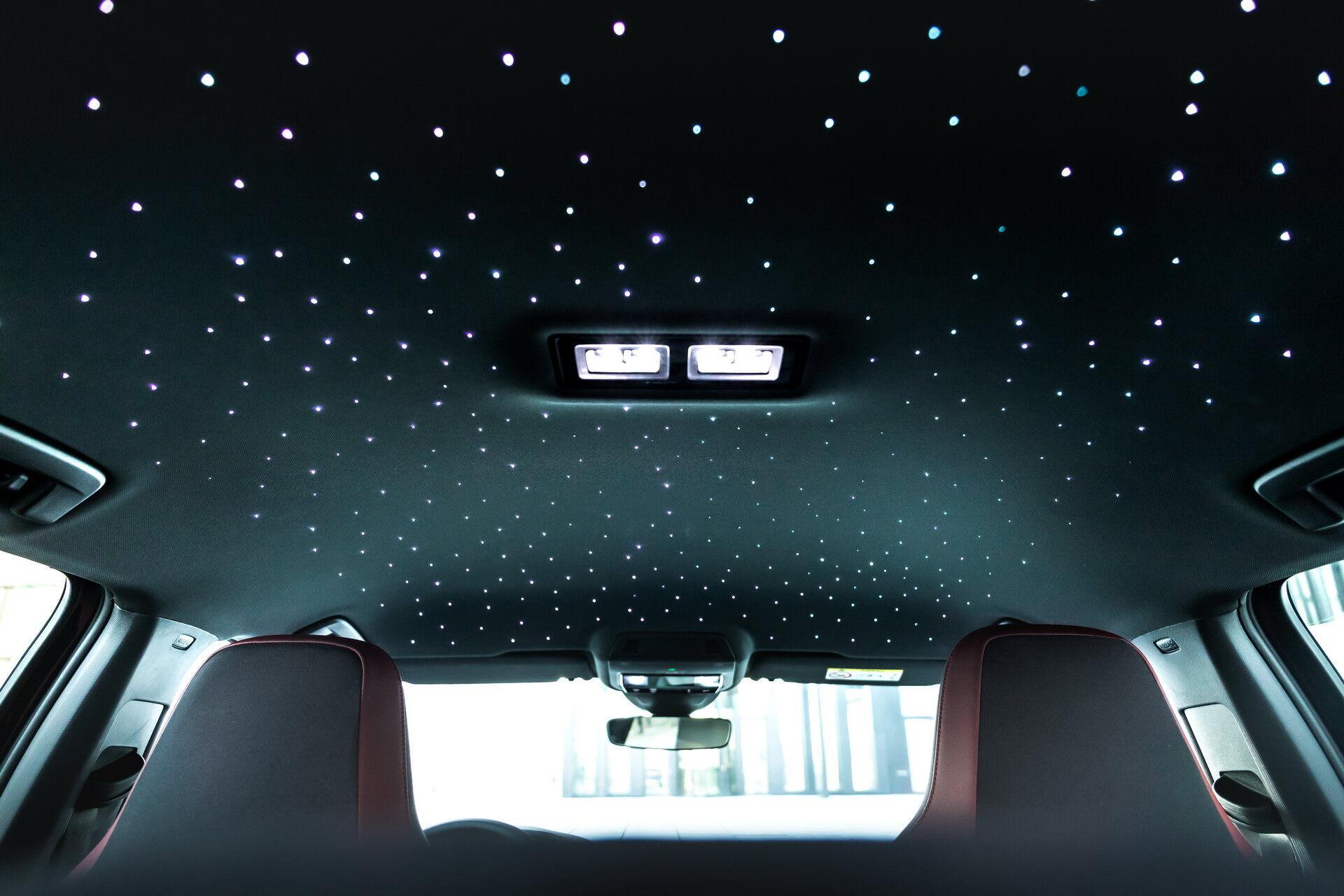 Потолок украшает несколько десятков светодиодов, создающих эффект звездного неба
