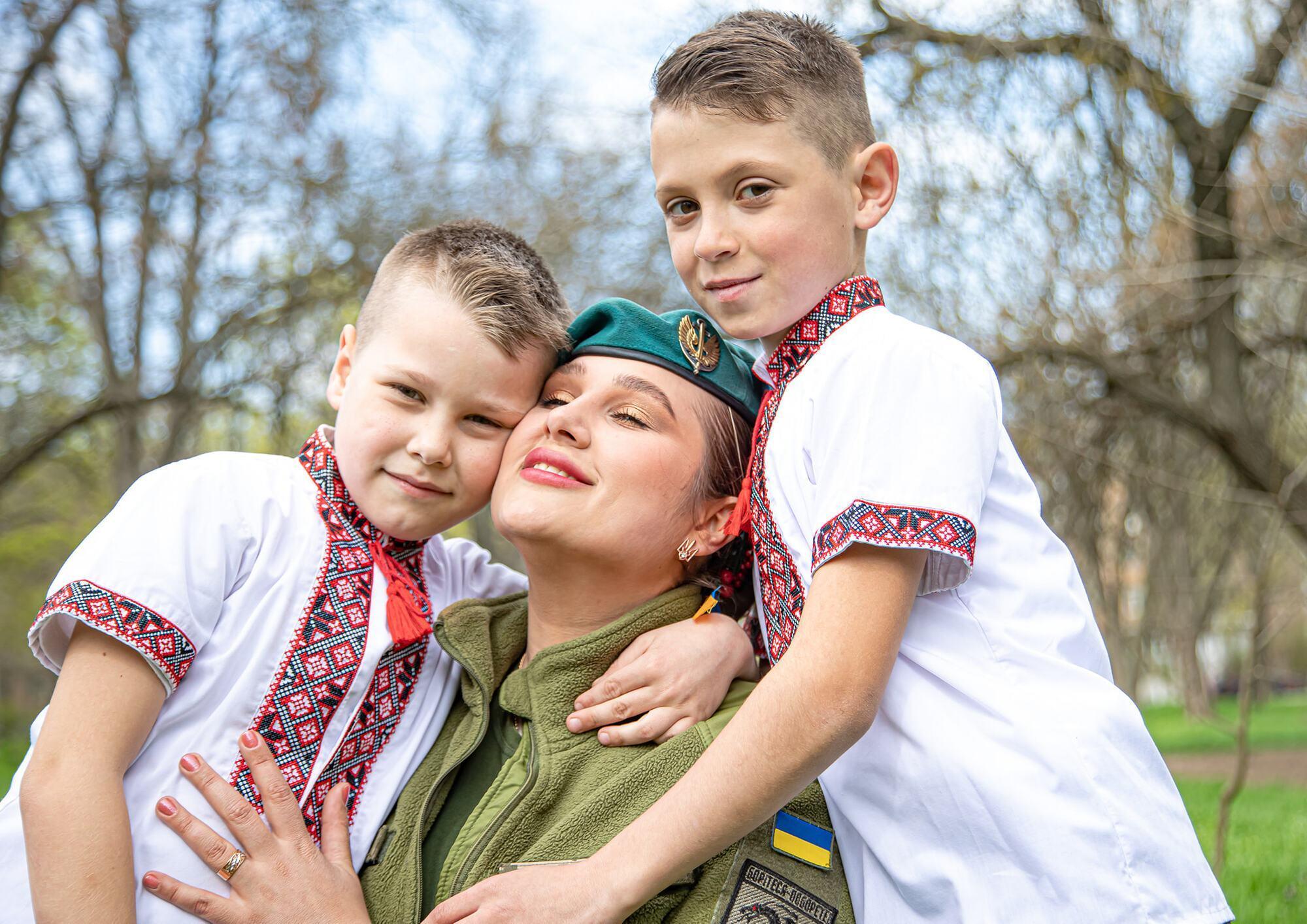 Морской пехотинец ВСУ с детьми в вышиванках