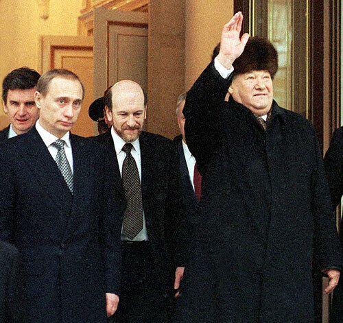 Путин, руководитель Администрации президента Александр Волошин и Борис Ельцин, покидающий Кремль в 1999 году