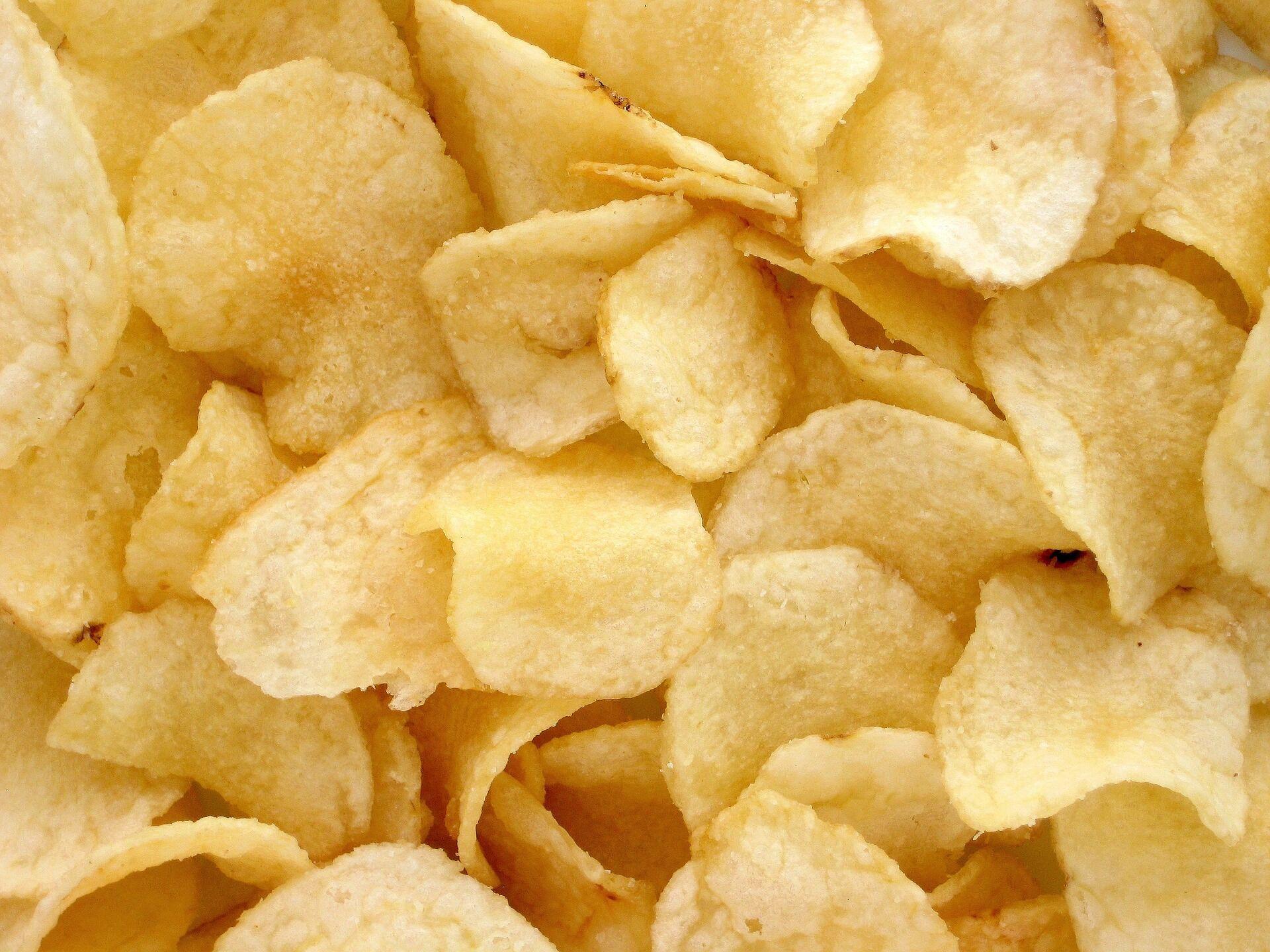 Чипсы не только очень калорийны – многим людям сложно ограничиться одной порцией