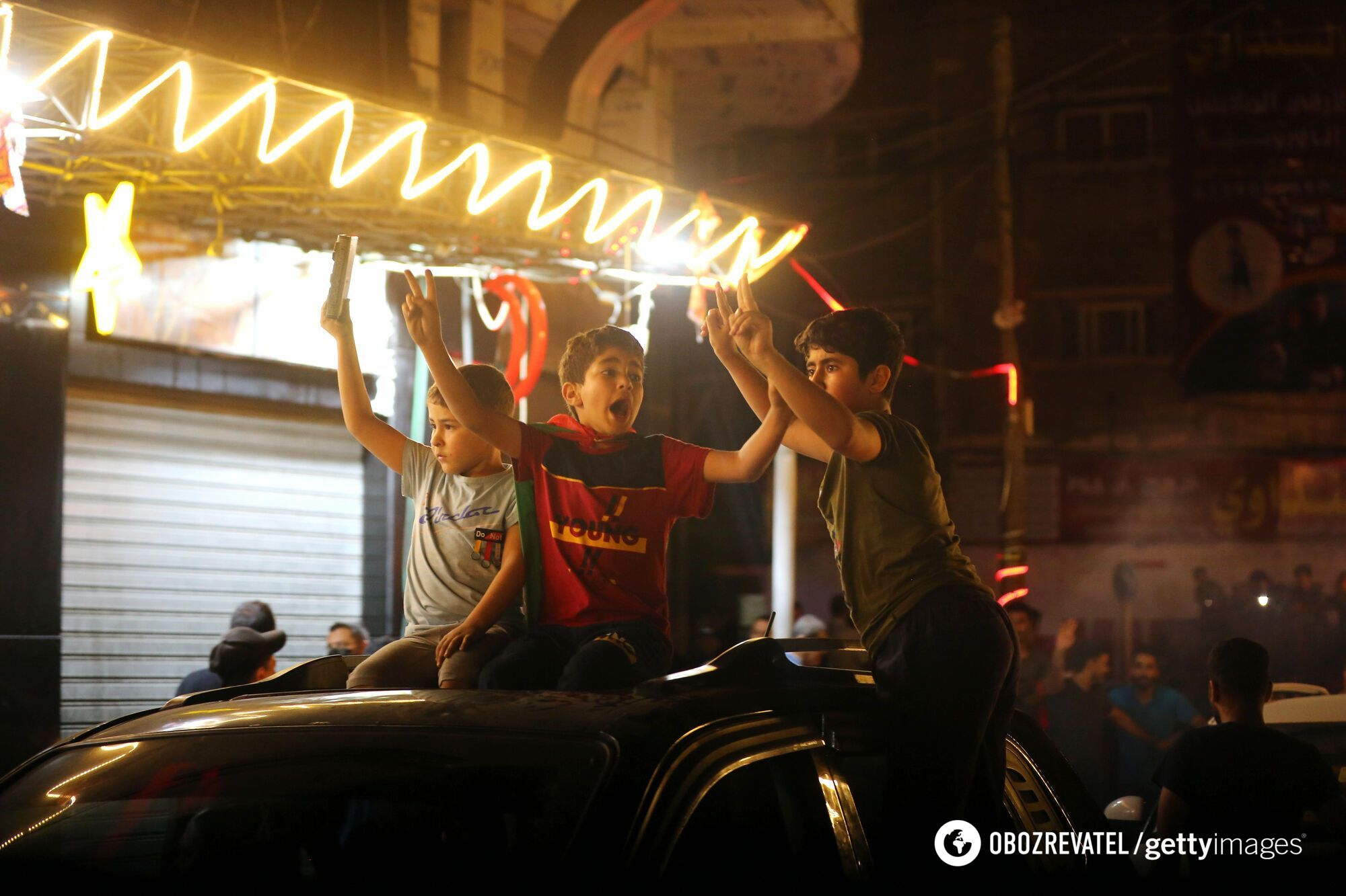 Люди празднуют перемирие и прекращение огня