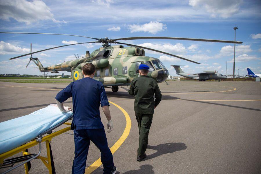Защитника вертолетом перевезли в Киев.