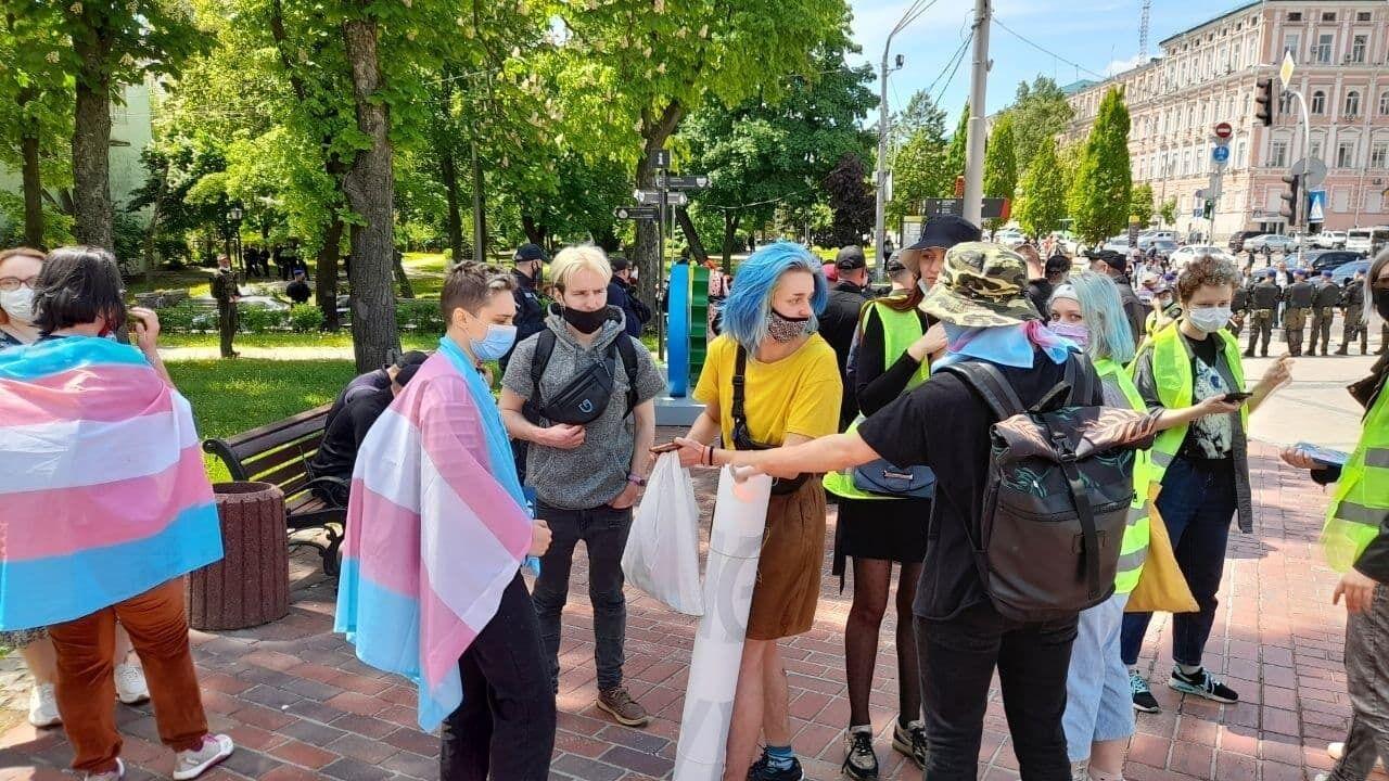 Люди с флагами трансгендеров.