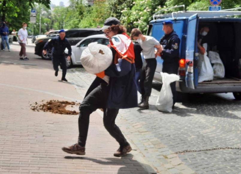 Активист пытался забросать навозом посольство Беларуси в Украине