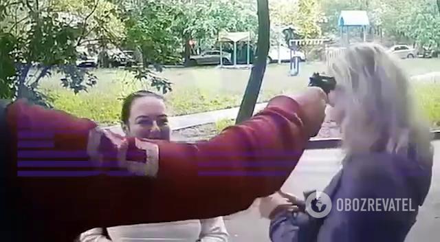 Егоров направил оружие в голову сперва одной девушке