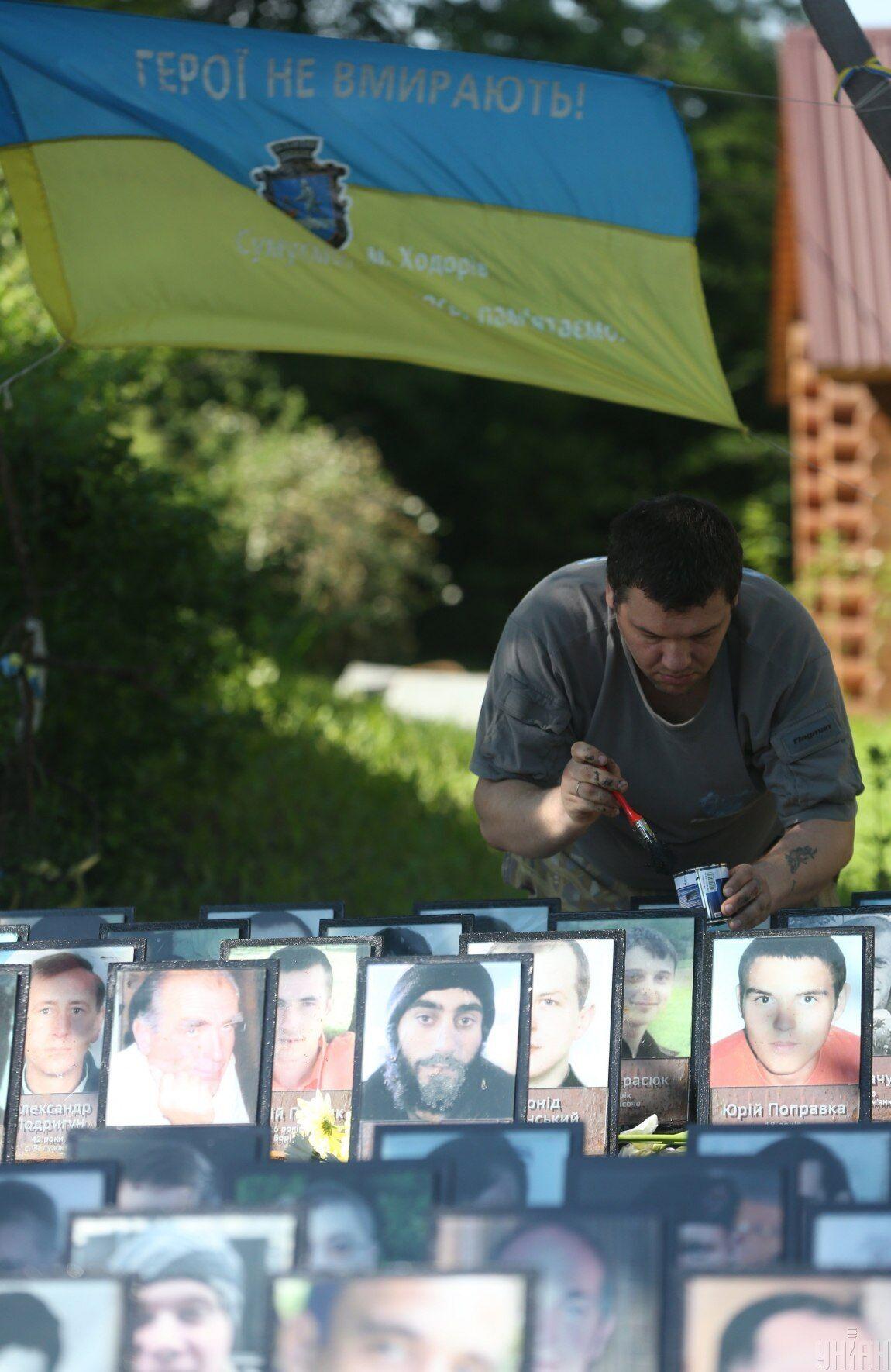 Портреты погибших Героев Небесной сотни  на улице Институтской в Киеве