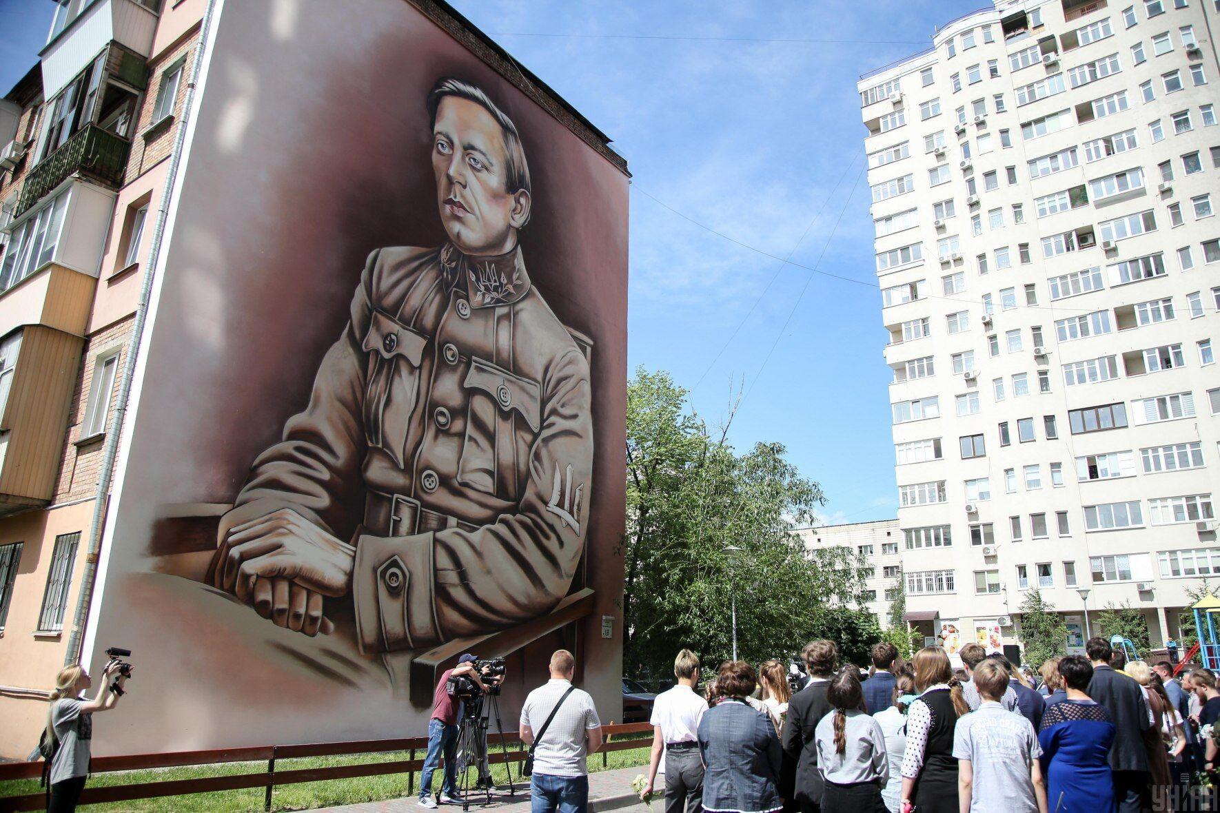 Мурал с изображением Симона Петлюры на улице Зои Космодемьянской в Киеве