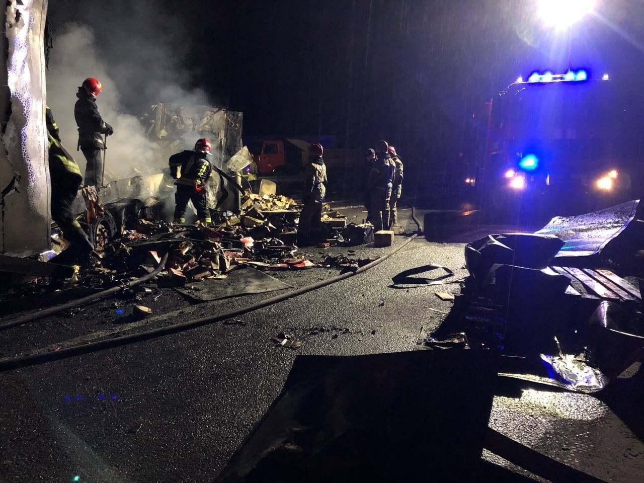 Рятувальники приїхали на місце ДТП.