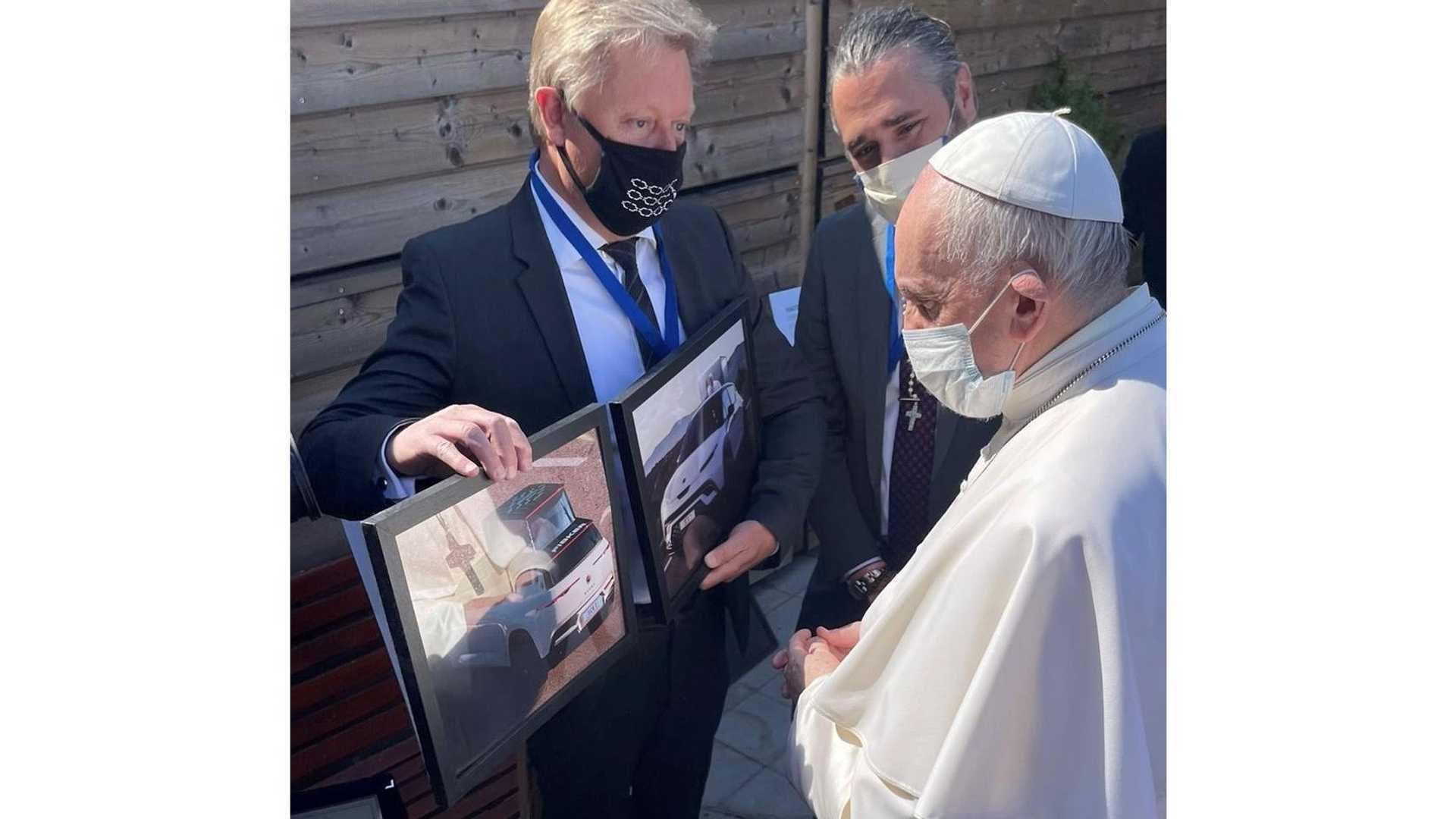 Fisker Ocean лично показали Папе Франциску