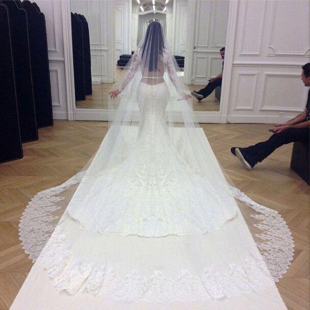 Кім Кардаш'ян у весільній сукні.