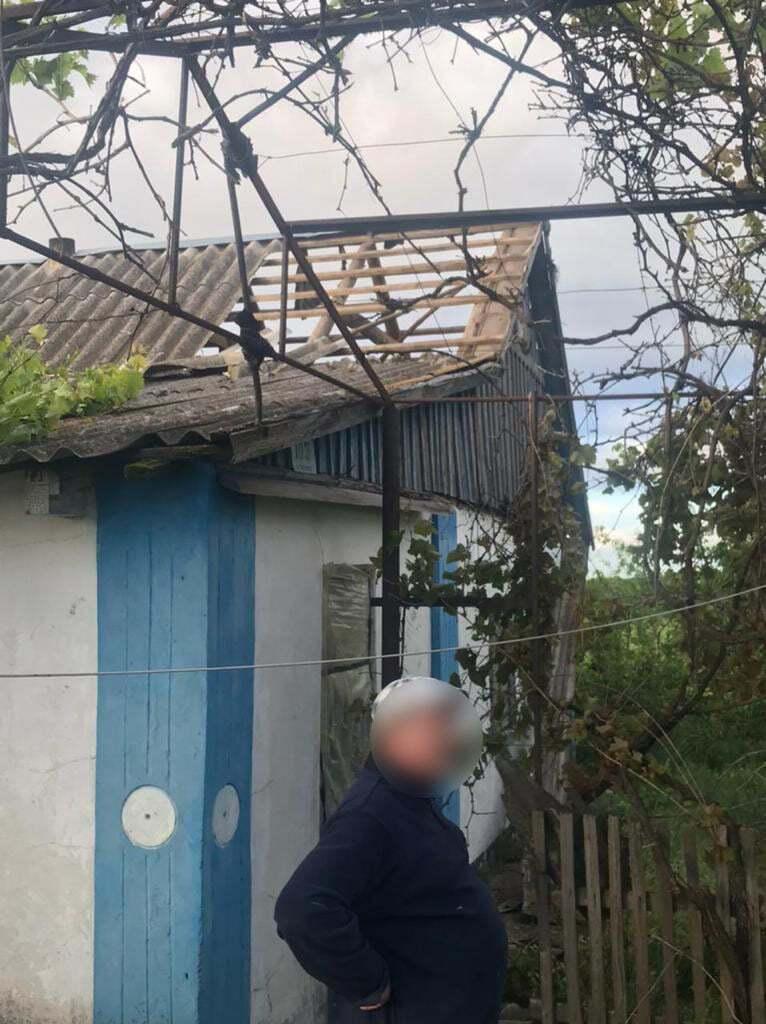 Кровлю некоторых зданий снесло ветром