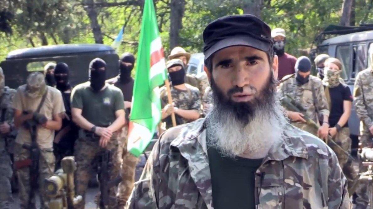 А так выглядит командир чеченского батальона имени Шейха Мансура