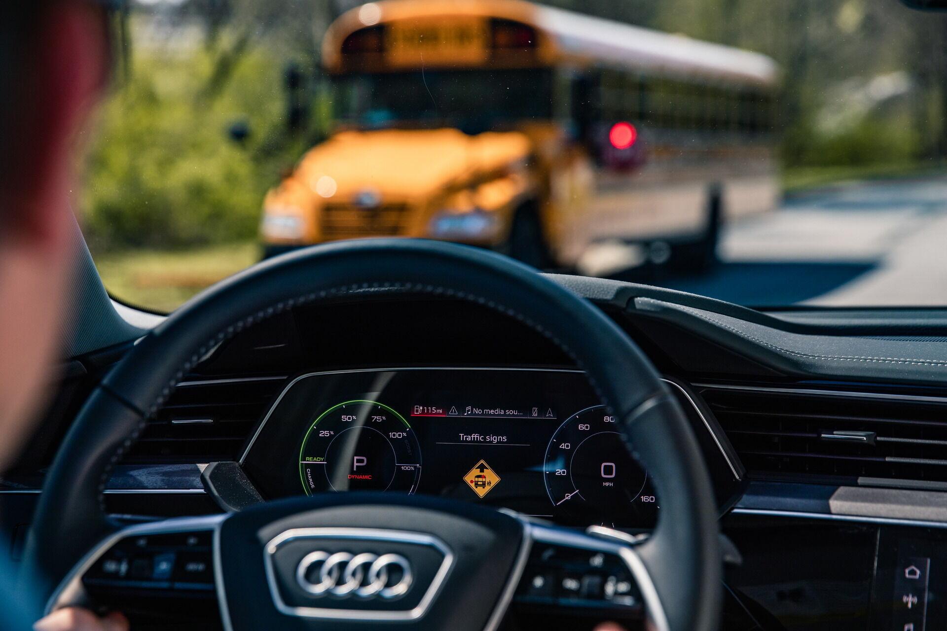 Шкільні автобуси з C-V2X будуть попереджати автомобілі навколо про зупинку