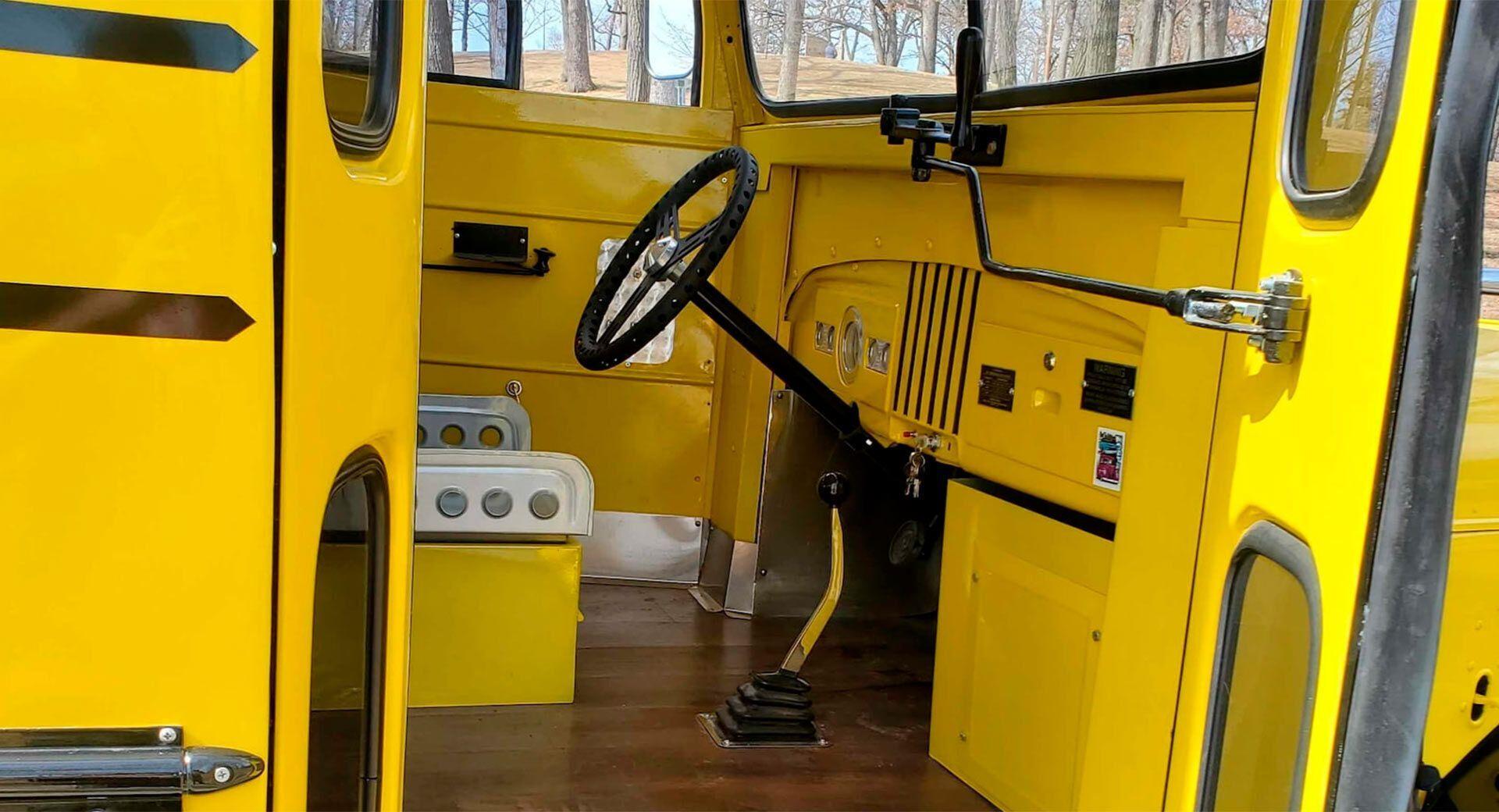 Сиденье водителя автобуса