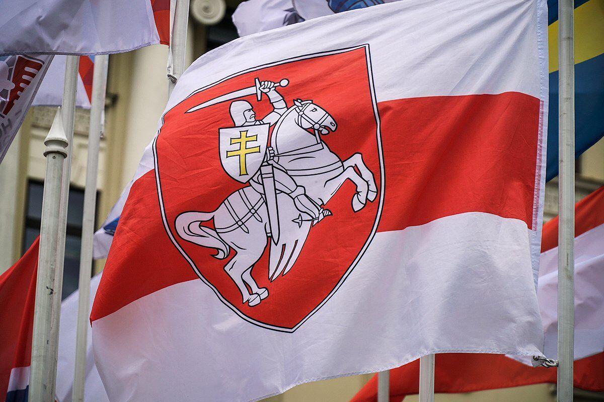 Бело-красно-белый флаг Беларуси.
