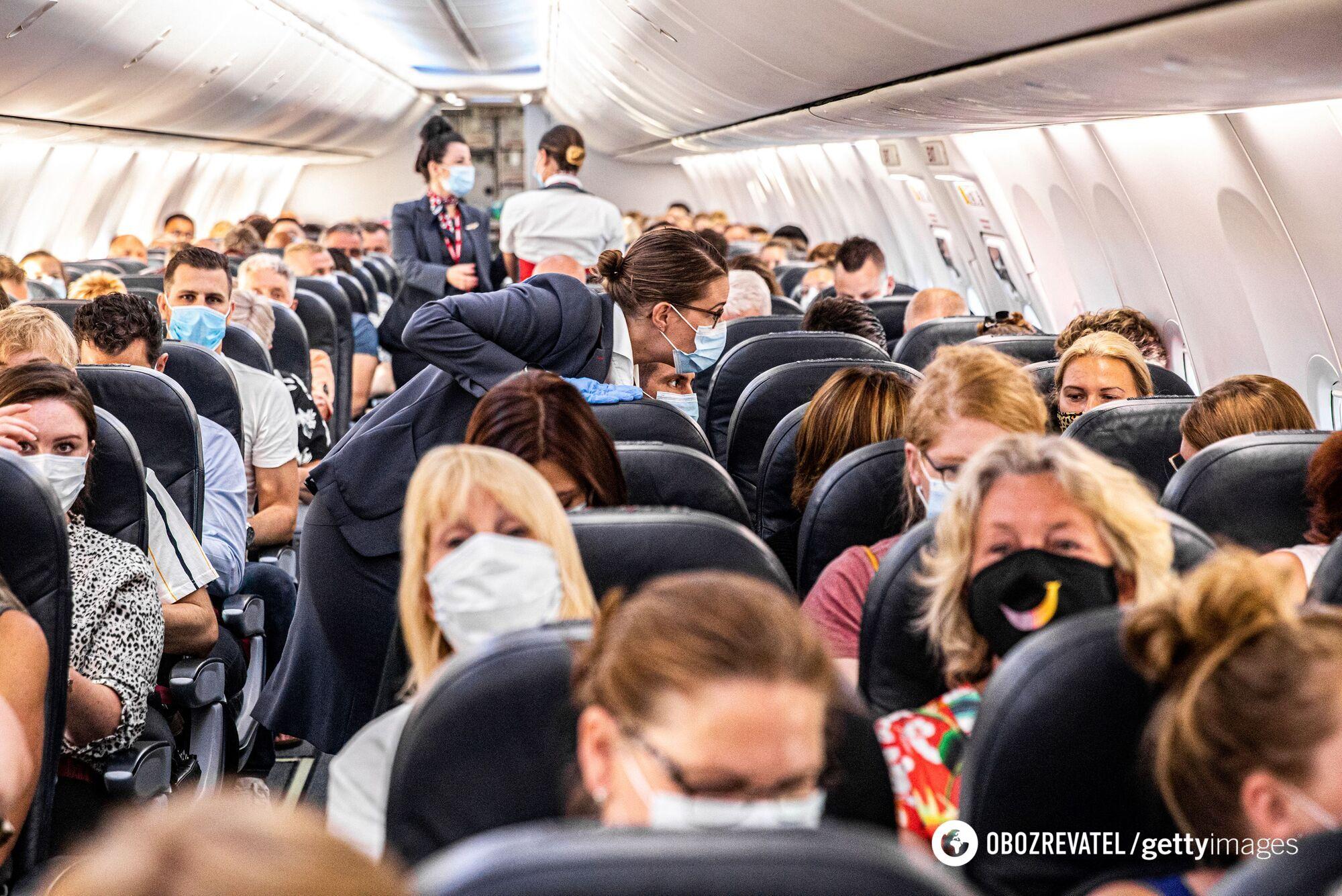 Пассажири в масках в самолете
