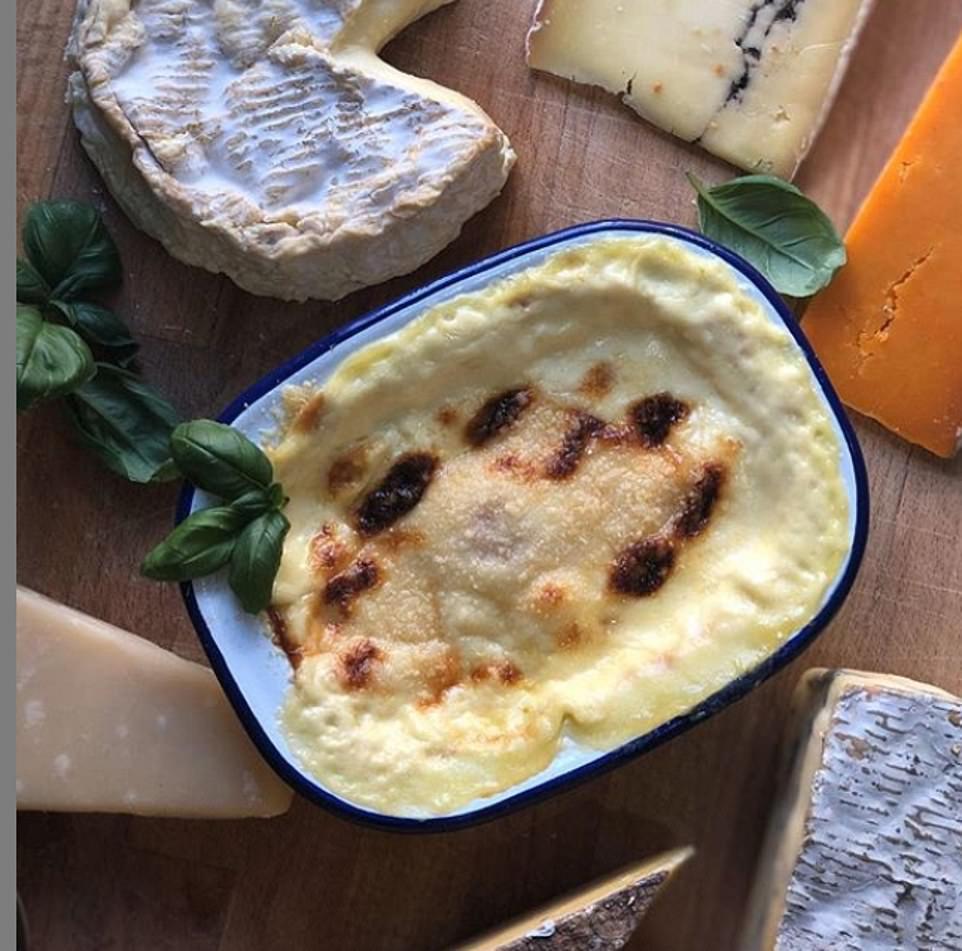 Лакомство в виде сырных запеченных яиц