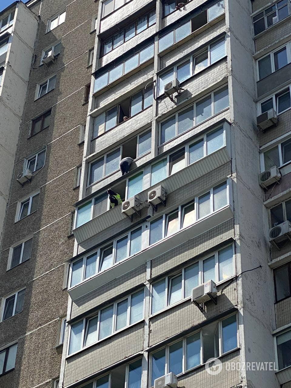 Житель Позняков хотел выбросится из окна .