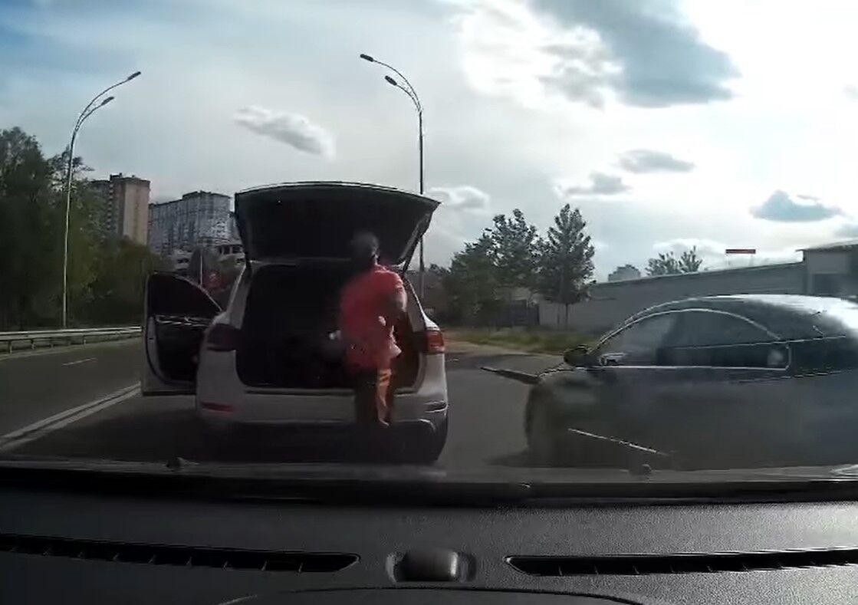 Водитель Volkswagen Touareg, который использовал биту в ходе разборок на дороге