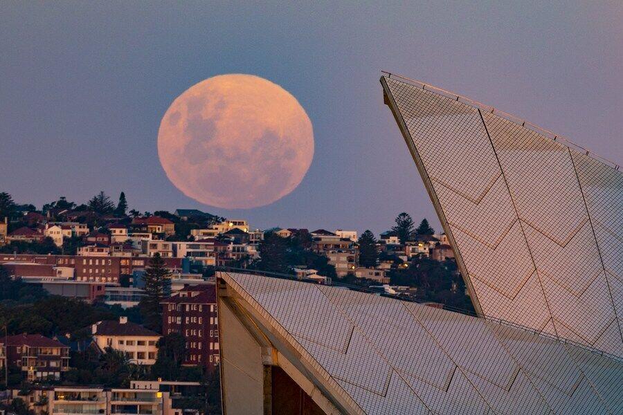 Супутник землі в небі над Сіднейським оперним театром