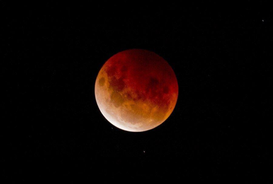 Місяць 26 травня