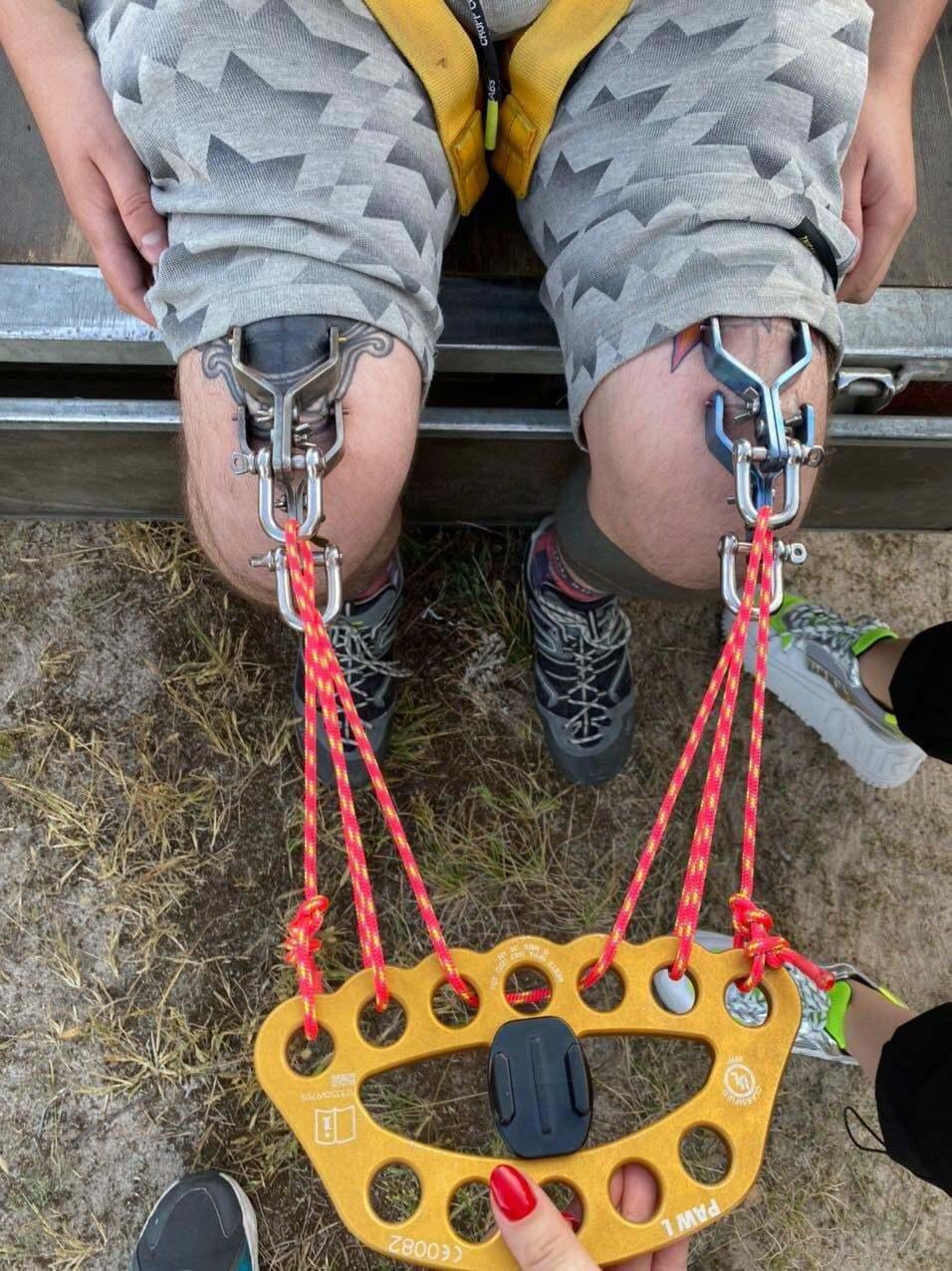 Клеця підвісили до кошика повітряної кулі за шкіру на колінах