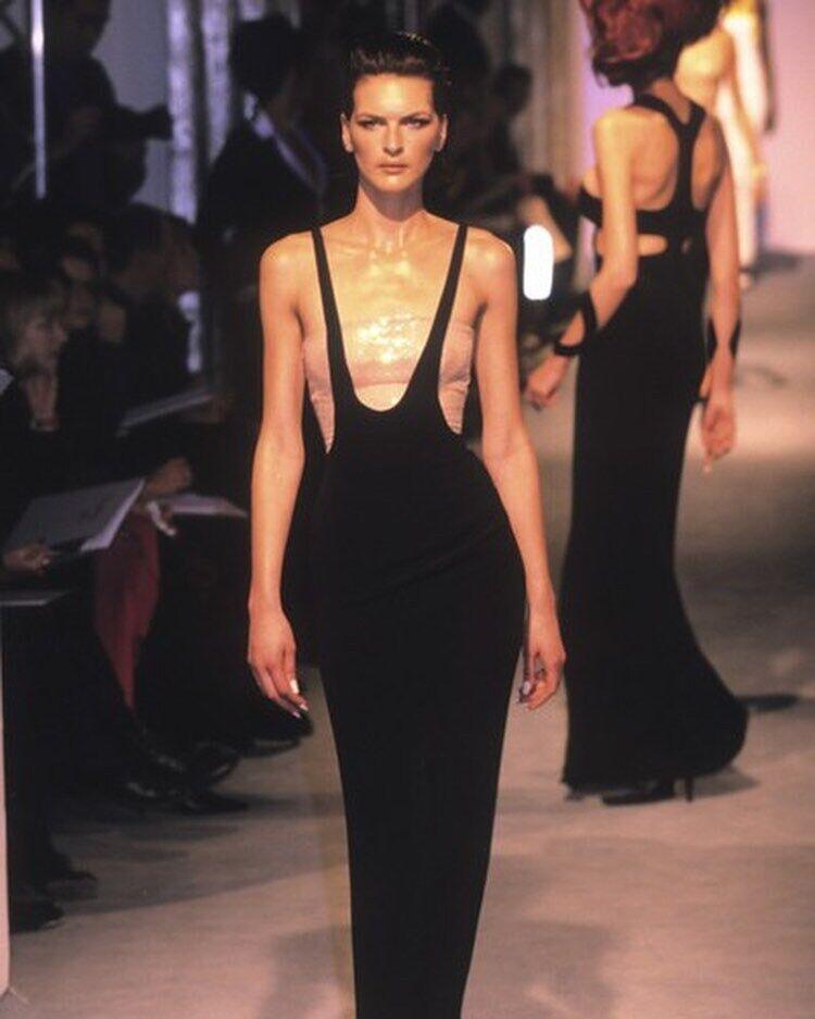 Стильна відверта сукня у 1998 році