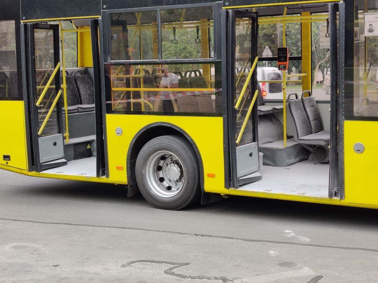 В салоне троллейбуса находились люди.